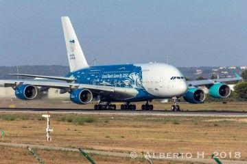 El gigante A380 de Hi Fly, en la pista del aeropuerto de Palma