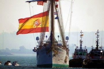 Magnífico encuadre del buque-escuela español a su llegada, esta mañana, a Cádiz