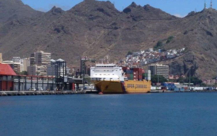 """El buque """"OPDR Canarias"""", atracado en la terminal de Trasmediterránea en el puerto de Santa Cruz de Tenerife"""