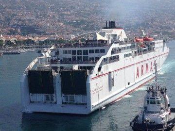 """El ferry """"Volcán de Tijarafe"""" maniobra en el puerto de Funchal"""