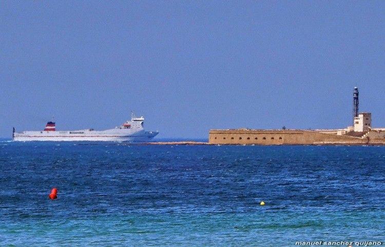 """El buque """"Superfast Levante"""", a su llegada este mediodía al puerto de Cádiz"""
