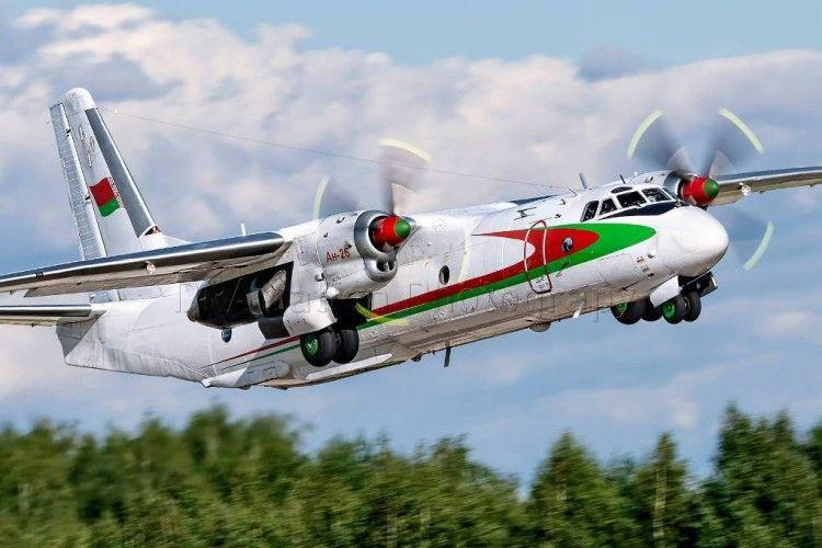 El avión Antonov An-26 de la Fuerza Aérea de Bielorrusia, en fase de ascenso