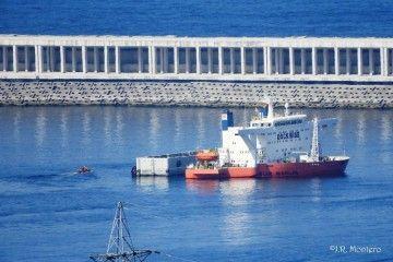 """El buque """"Blue Marlin"""", en las operaciones de carga del primer cajón de hormigón"""