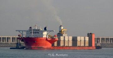 """El buque semisumergible """"Blue Marlin"""" maniobra en la salida de Punta Langosteira"""