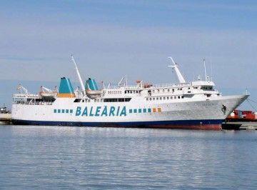 """El buque """"Isla de Ibiza"""", pintado con la imagen corporativa de Balearia"""