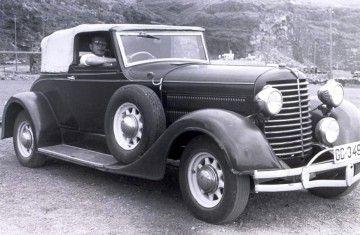 Filiberto Lorenzo de Honor, en un coche de su propiedad (c. 1960)