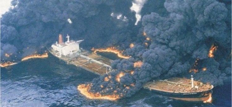 """El petrolero """"Castillo de Bellver"""", partido en dos y herido de muerte"""