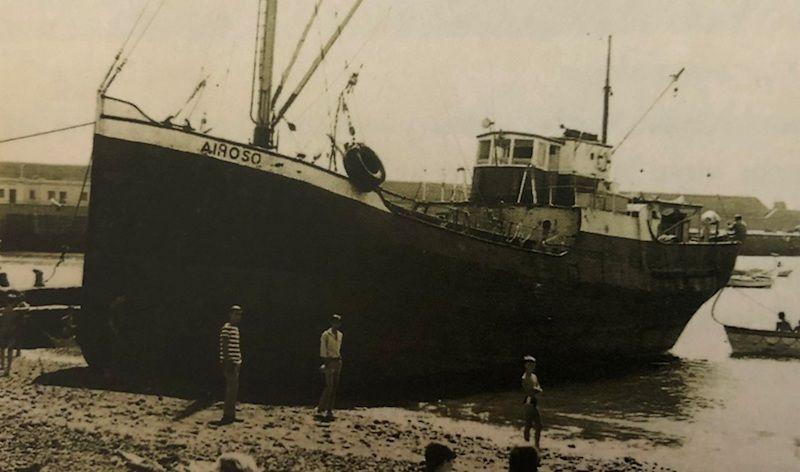 """El buque """"Airoso"""", varado en la playa del puerto de Santa Cruz de La Palma"""