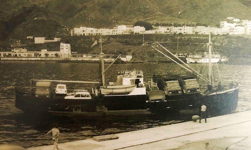 """El buque """"Aranguín"""", a su llegada a Santa Cruz de La Palma. Observése la cubierta llena de coches, camiones y una pala mecánica"""