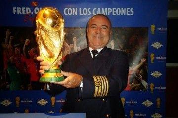 """El capitán Antonio M. Luis Luis muestra orgulloso la Copa del Mundo a bordo del HSC """"Bonanza Express"""", buque de su mando"""