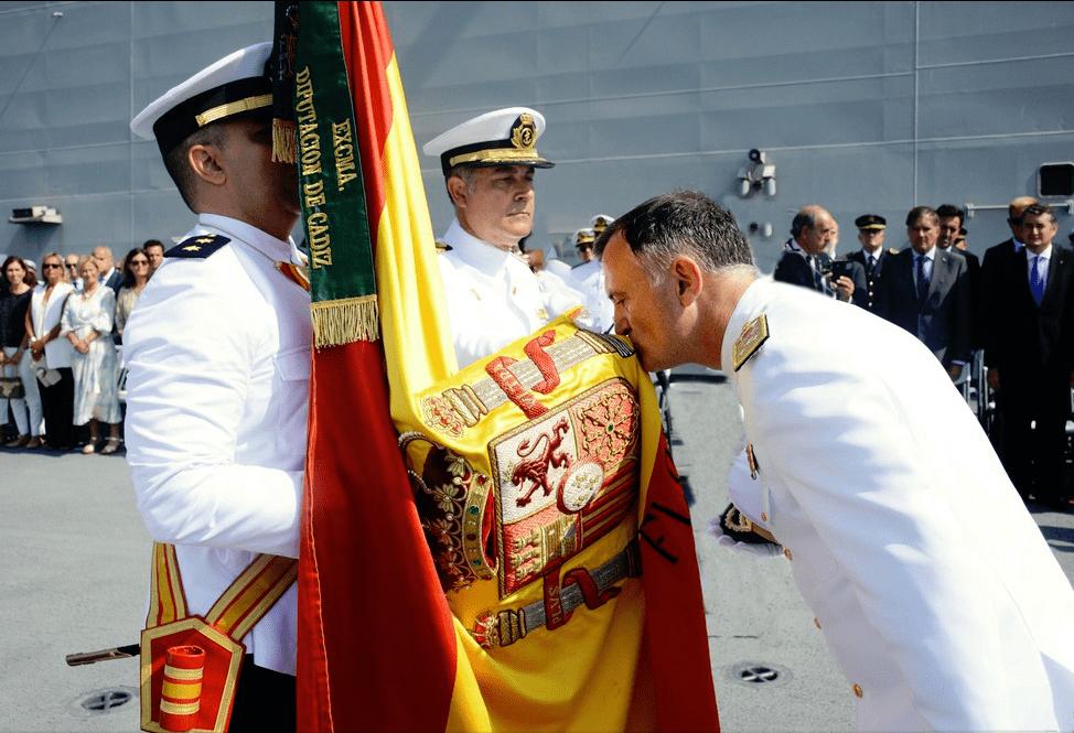 El almirante Juan Rodríguez Garat besa la Bandera de España en su cese como ALFLOT