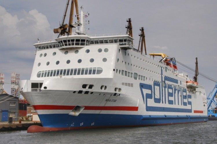"El ferry ""Nova Star"", visto por la amura de babor"