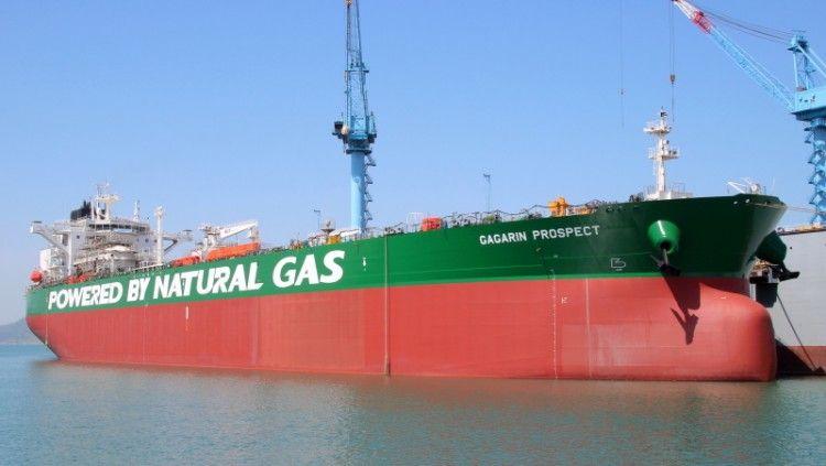 """El petrolero aframax """"Gagarin Prospect"""", durante su fase de armamento a fote"""
