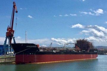 """El buque """"Bunker Breeze"""", durante su fase de armamento a flote"""