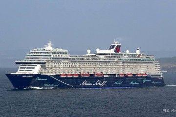 """El buque """"Meinc Schiff 1"""" a su salida, ayer, del puerto de A Coruña"""