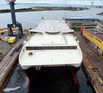 """El catamarán """"Betancuria Express"""", a su entrada en dique"""