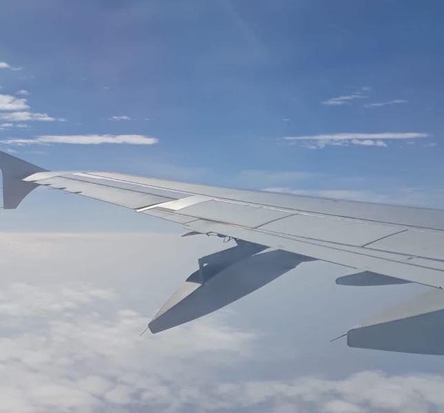Con el avión en vuelo, se puede apreciar el impacto contra la parte inferior del ala izquierda