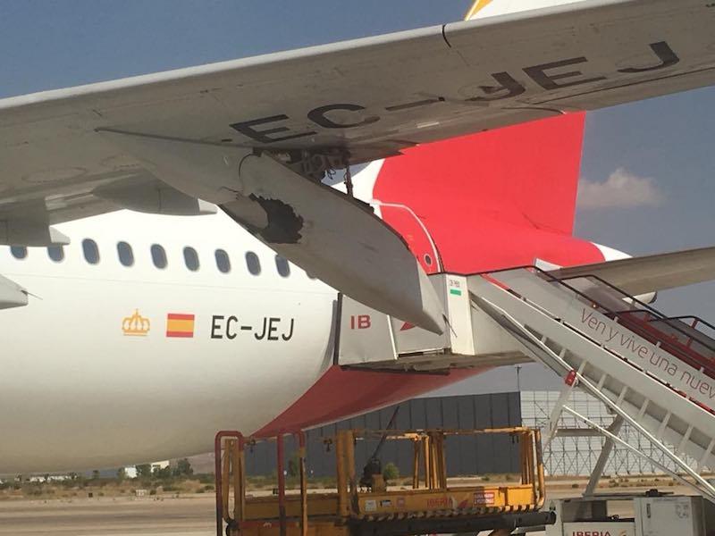 Otro detalle del impacto, con el avión en el aeropuerto de Barajas