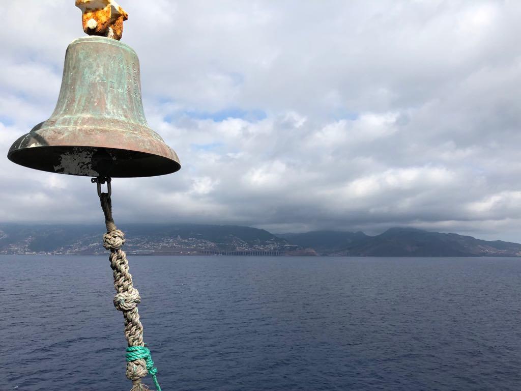 """La costa sur de Madeira, vista desde el alerón de estribor del ferry """"Volcán de Tijarafe"""""""