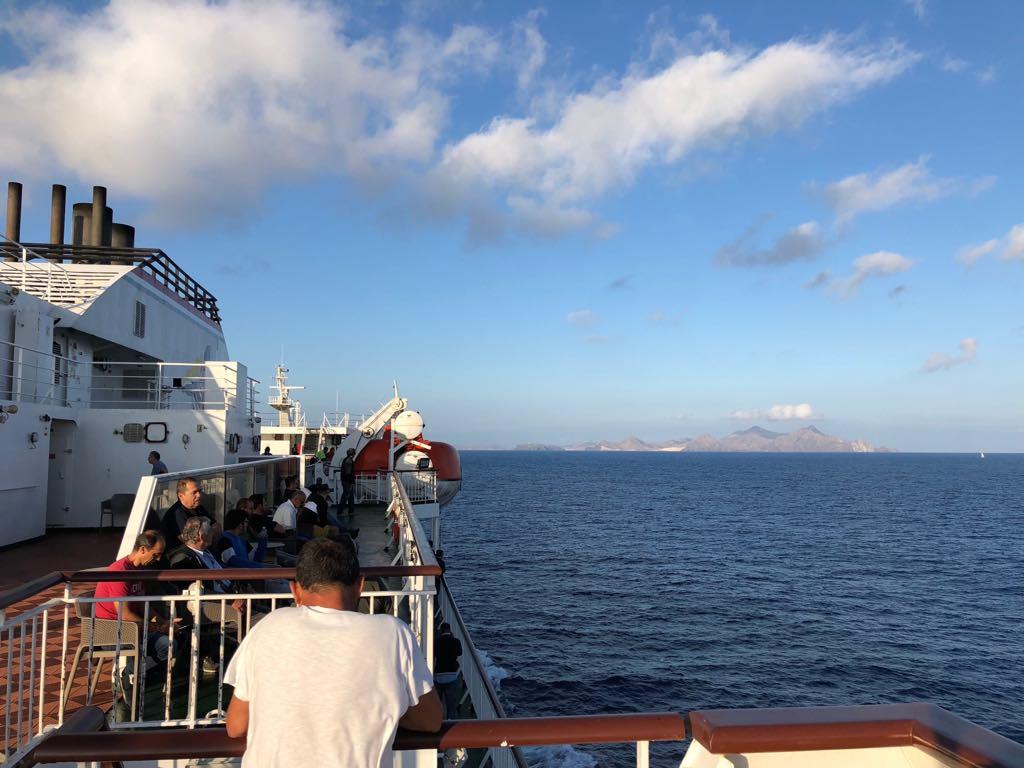 "El pasaje del ferry ""Volcán de Tijarafe"" avista la isla de Porto Santo"