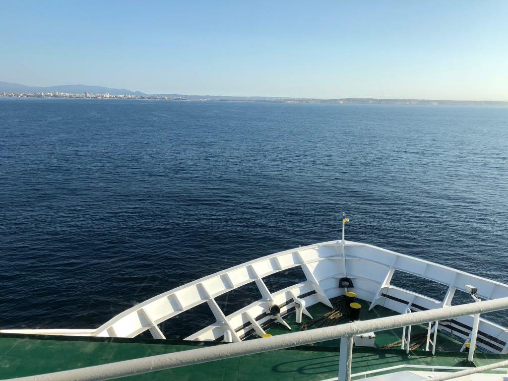 "La proa del ferry ""Volcán de Tijarafe"" enfila la entrada de Portimao"