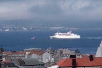 """El buque """"Villa de Teror"""" evoluciona en aguas de la ría de Vigo"""