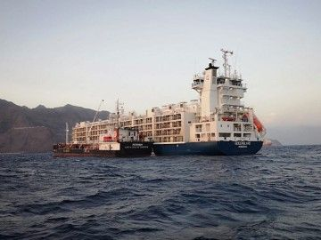 """El buque establo """"Queensland"""", fondeado en aguas de Santa Cruz de Tenerife"""