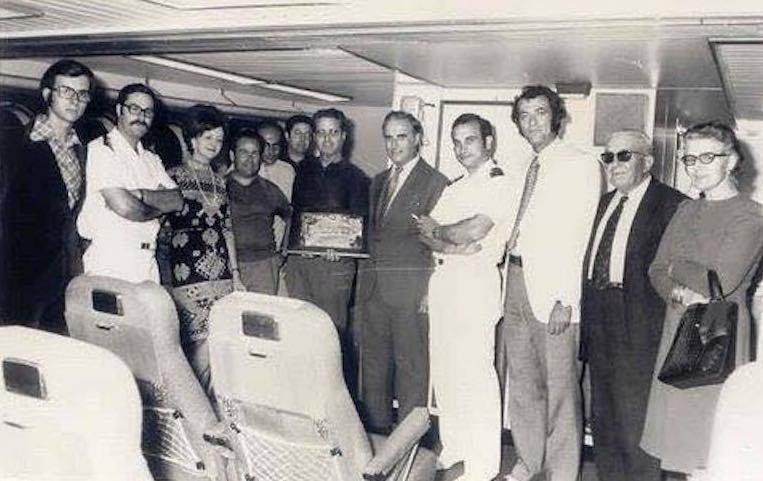 """Grupo de invitados a bordo del buque """"Menorca"""", del que Joan Vera fue su capitán"""
