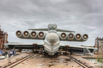 Vista de proa del gigantesco ekranoplano MD-160, en estado de abandono