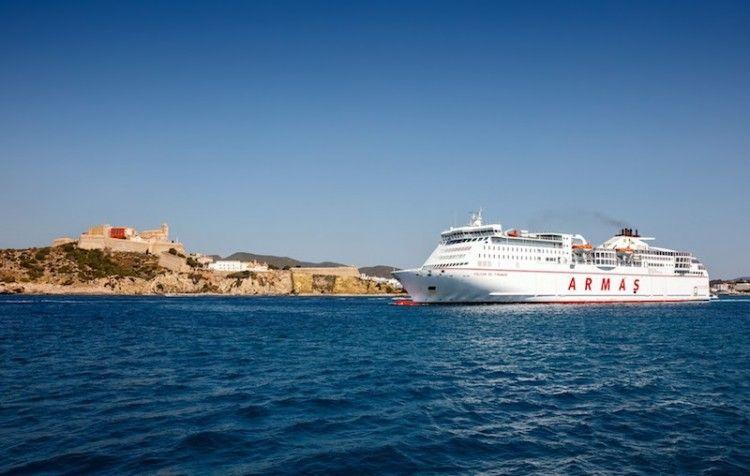 """El ferry """"Volcán de Tinamar"""", a su salida del puerto de Ibiza"""