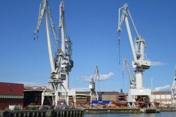 Vista parcial del astillero Construcciones Navales del Norte, desde la ría, en junio de 2018