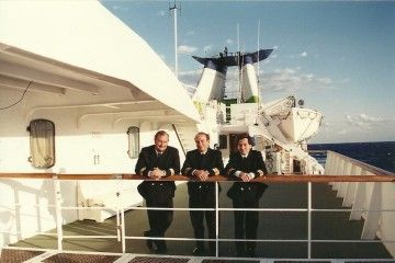 """A bordo del buque """"Ciudad de Palma"""". De izq. a dcha.: Enrique Dubois Guinea (segundo oficial), Joan Vera Quiñones (capitán) y Javier Lamelas Olarán (primer oficial)"""