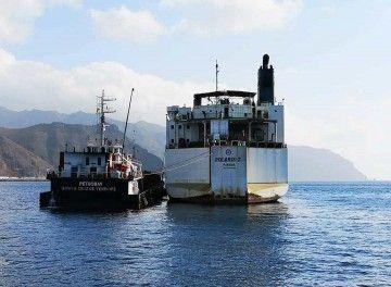 """El buque """"Polaris 2"""", fondeado al resguardo de Anaga, tomando consumo"""