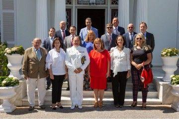 El comandante naval de Tenerife y su esposa, junto al grupo de cónsules asistentes al homenaje