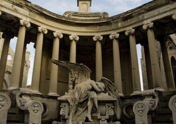 En el cementerio de Montjuich, Barcelona, sucediço parte de esta historia
