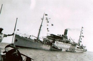 """El vapor """"La Palma"""", empavesado, fondeado en aguas de Porto Santo"""