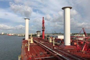 Aspecto de los dos rotores instalados sobre la cubierta del petrolero
