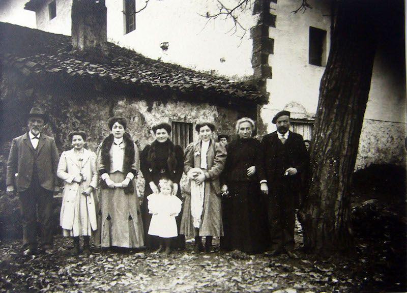 Parte de la familia de Zacarías Lecumberri, en el molino de Olachu