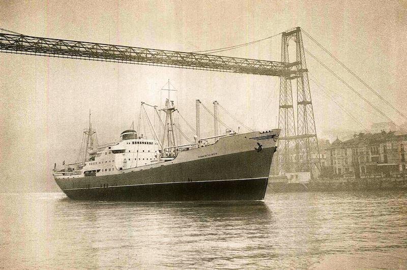 """El buque """"Pedro de Valdivia"""" entrando en la ría de Bilbao"""