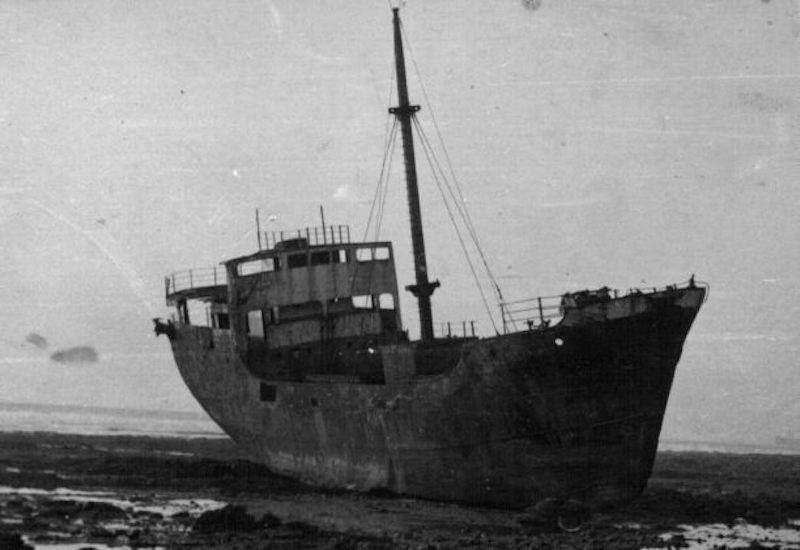 """El buque """"Concepción Aparisi"""", desmantelado y varado en las proximidades de Sidi Ifni"""