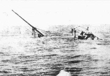 """Los restos del """"Valbanera"""" sobresalen de la superficie del agua"""