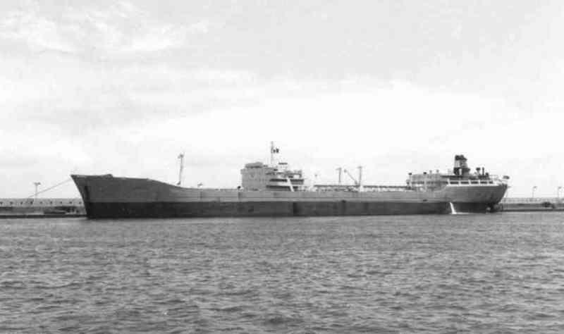 """El petrolero """"Talavera"""", en lastre, atracado en el muelle sur del puerto de Santa Cruz de Tenerife"""