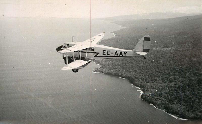 El original De Havilland DH.89A de Iberia EC-AAY, sobrevolando territorio de Guinea española