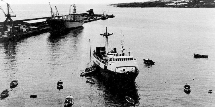 """El buque """"Volcán de Yaiza"""", con el ancla enredada en el puerto de Santa Cruz de La Palma"""