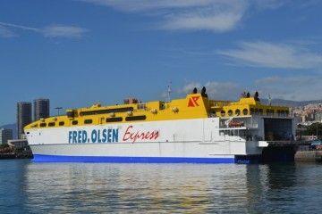 """El catamarán """"Betancuria Express"""", durante sus estancia en el puerto de Santa Cruz de Tenerife"""