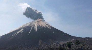 El volcán Gunung Soputan ha entrado hoy en erupción
