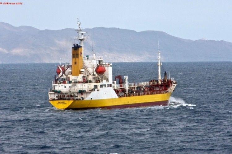 """El buque """"Faycán"""", navegando al resguardo de la costa este de Fuerteventura"""