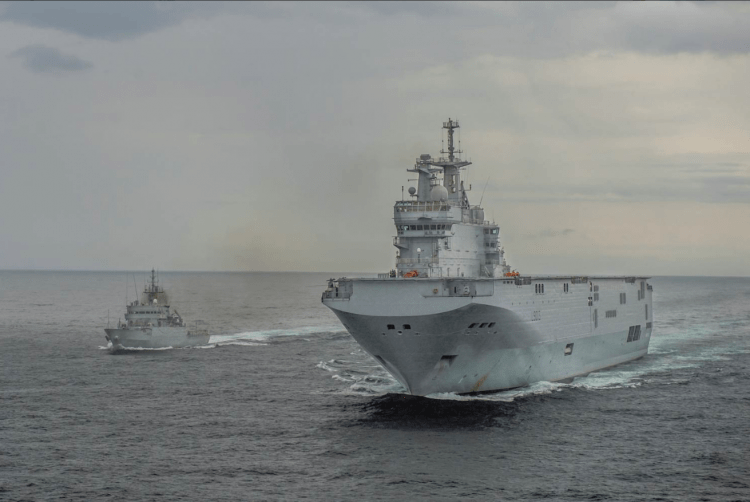 "El LHD francés ""Mistral"" y el patrullero de altura ""Centinela"", en aguas del Golfo de Guinea"