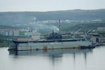El dique flotante PD-50 y el portaaviones ruso, en una imagen de 2006