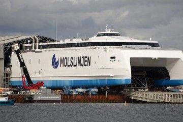 """El catamarán """"Express 4"""", en su puesta a flote"""